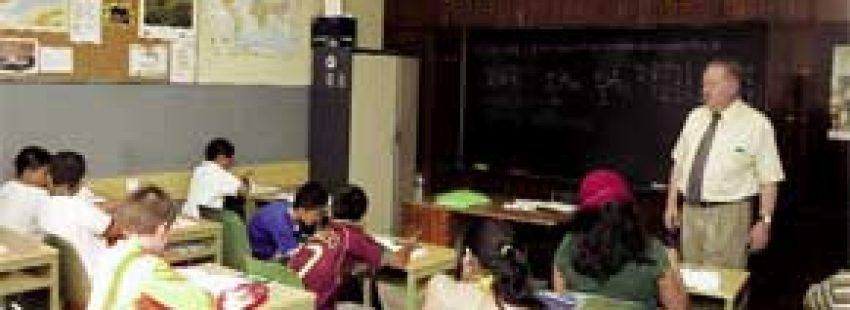 clase de religion alumnos en el aula con profesor
