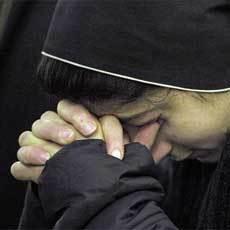 monja-rezando