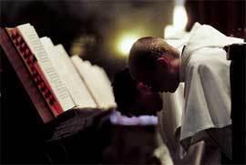 religiosos-rezando