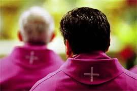sacerdotes-de-espaldas