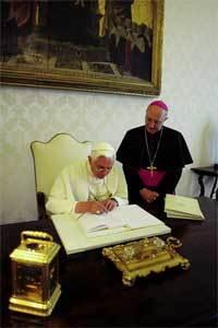 papa-firmando-enciclica