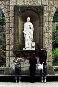 turistas-ante-una-escultura
