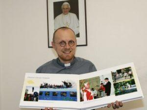 Responsable de jóvenes muestra el álbum que mañana regalan al Papa
