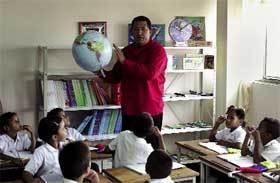 Chávez-en-una-escuela