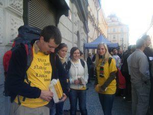 Jóvenes esperan al Papa