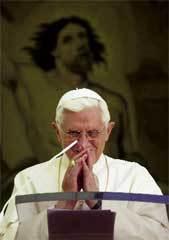 El-Papa-ante-el-atril