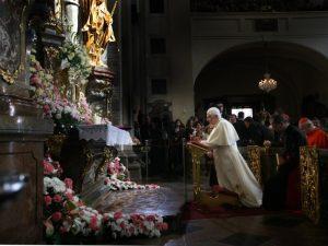 El Papa reza ante la imagen del Niño Jesús de Praga