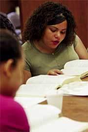 Una-joven-lee-la-Biblia