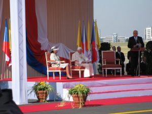 Saludo del Presidente de la República checa al Papa en el aeropuerto