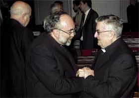 Sanz (izda.) es felicitado por Gabino Díaz Merchán