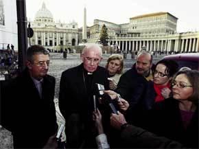 El arzobispo Martin (izq.) y el cardenal Brady, a su salida de la reunión con Benedicto XVI