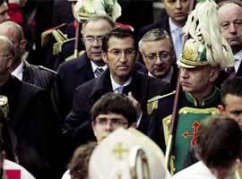 El presidente de la Xunta, Núñez Feijoo, y detrás, el ministro José Blanco