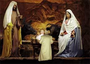 Benedicto XVI reza ante la escena de la Natividad, en la Plaza  de San Pedro