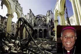 La catedral de Puerto Príncipe en ruinas. A la dcha., su arzobispo, fallecido en el seísmo