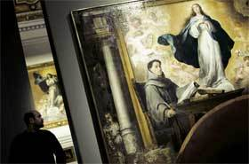 Un joven observa la obra 'La Inmaculada Concepción con fray Juan de Quirós'