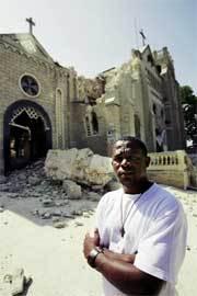 Un redentorista ante las ruinas de su iglesia