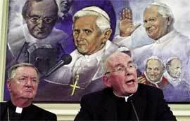 El cardenal Brady durante la rueda de prensa posterior al encuentro. A su derecha, el obispo de Clogher