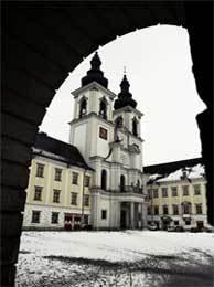 Casi cada día se conocen nuevos casos. Sobre estas líneas, monasterio en Austria