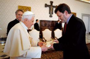 papa Benedicto XVI con periodista Peter Seewald, autor de Luz del mundo