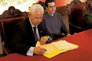 firma del convenio para la puesta en marcha de Cáritas Universitaria en Sevilla
