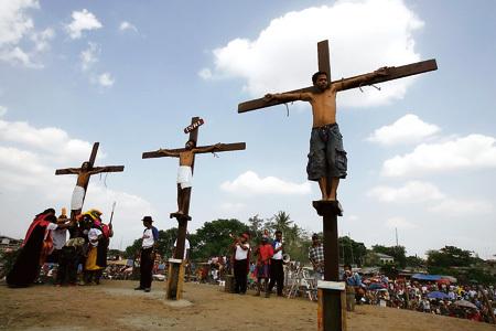 representación del Viernes Santo en Filipinas con jóvenes crucificados