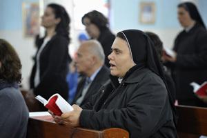 religiosa cristiana en una misa en Gaza