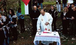 Padre Ibrahim parroco catolico en Beit Jala, en misa en Cremisán