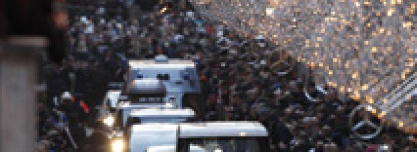 Benedicto XVI en papamovil en Roma celebración Inmaculada Concepción 2012