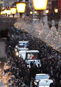 Benedicto XVI en papamovil en Roma celebración Inmaculada Concepción