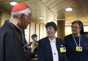 cardenal Wuerl hablando con dos religiosas en Sínodo Nueva Evangelización