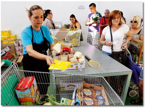 reparto de alimentos a personas afectadas por la crisis