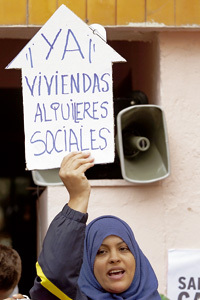 mujer inmigrante protesta y pide ayudas a la vivienda y alquiler social