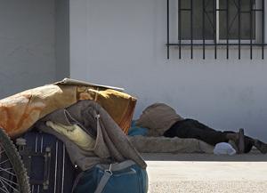 hombre sin techo tumbado en la calle