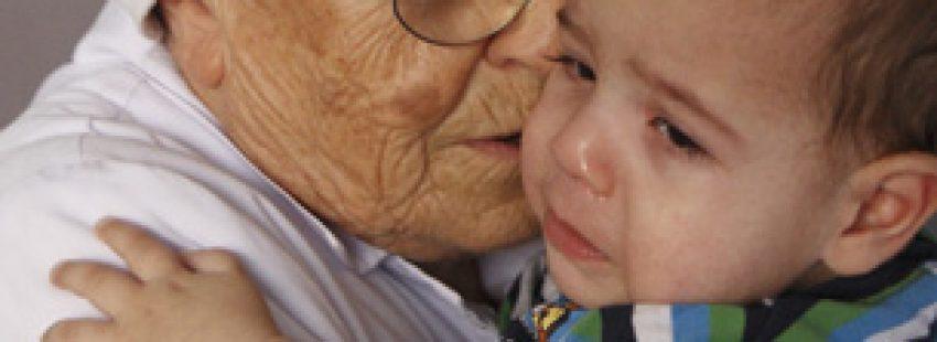 religiosa abraza a un bebé que llora