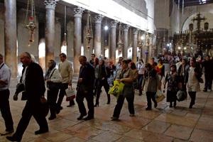 turistas en la Iglesia de la Natividad