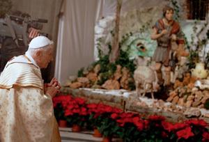 papa Benedicto XVI rezando ante el Belén en Navidades 2012