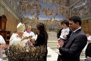 papa Benedicto XVI bautiza a 20 niños en la Capilla Sixtina en 2013