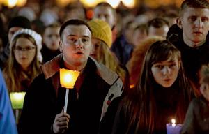 jóvenes con velas rezan en el Encuentro de Taizé en Roma diciembre 2012