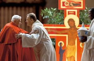 papa Benedicto XVI y hermano Alois en el Encuentro de Taizé en Roma diciembre 2012