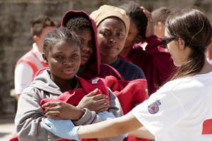 joven voluntaria acoge a inmigrantes recién llegados en patera