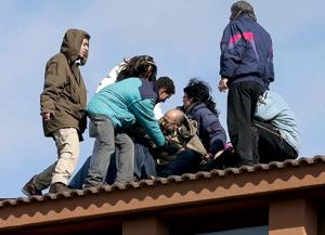 grupo de personas ayudan a un hombre víctima de desahucios