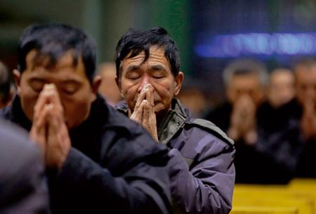 católicos en China rezando en una iglesia