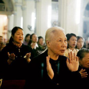 católicos en Vietnam rezando en una iglesia