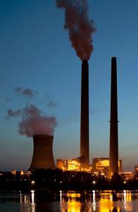 chimeneas de fábricas contaminan el aire