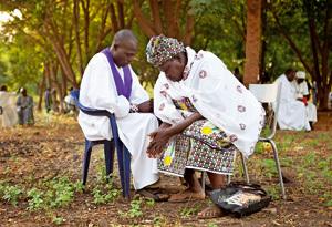 sacerdote confesando a una mujer en Malí