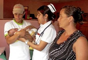 familia con bebé y una enfermera en Nicaragua