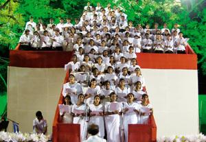 grupo de personas cantan durante un festival ecuménico en la India
