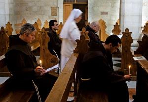 grupo de religiosos franciscanos rezando en misa
