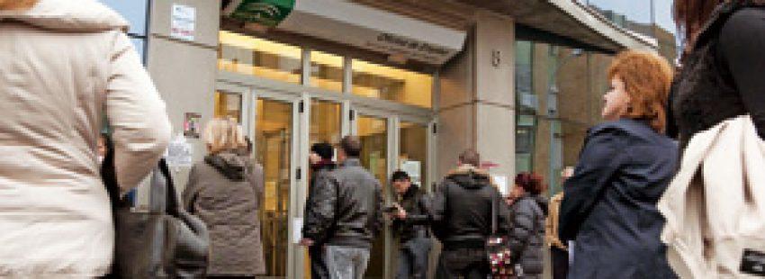 grupo de personas delante de una oficina de empleo
