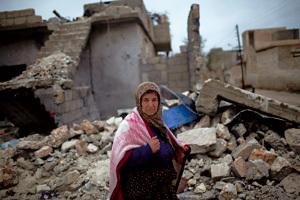 mujer en Siria en ciudad bombardeada en la guerra civil